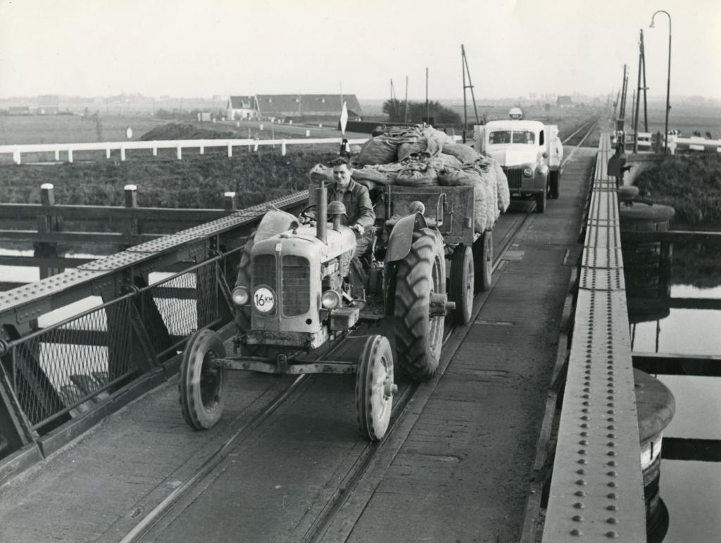 Heenvliet; Verkeer over de Wellebrug, ca. 1957 Foto: Streekarchief Voorne-Putten Rozenburg © GrootNissewaard.nl