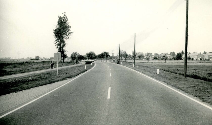<p>De Groene Kruisweg, met op de achtergrond Geervliet met de kerk en molen, juli 1968.&nbsp;</p>