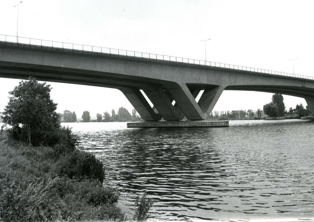 De Brielse Brug over het Brielse Meer, ca. 1990 Foto: Streekarchief Voorne-Putten © GrootNissewaard.nl