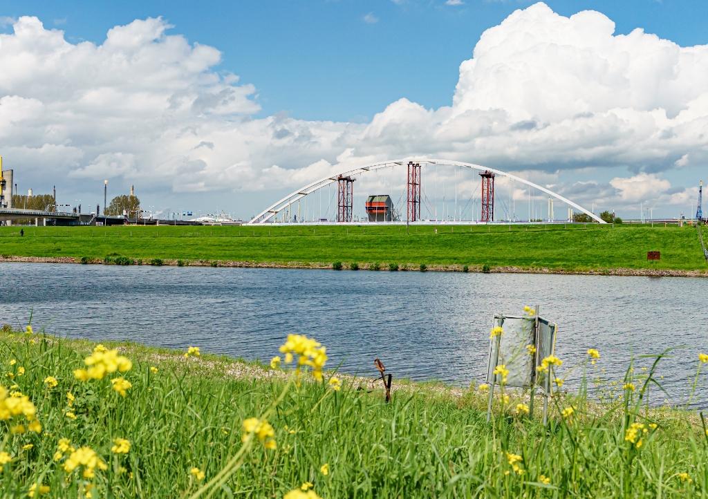 De tijdelijke brug moest wachten voor de Hartelbrug. Foto: Foto-OK.nl © BrielsNieuwsland.nl