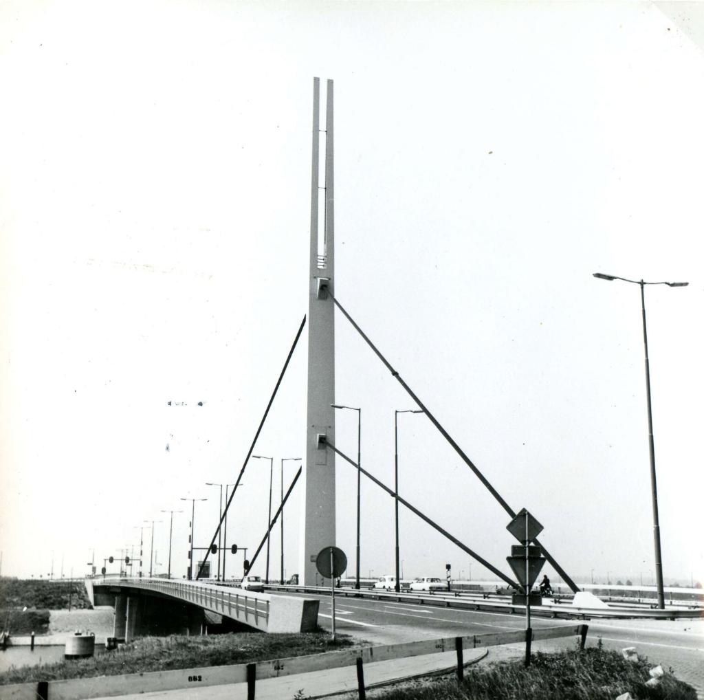 De Harmsenbrug over het Hartelkanaal, 18 juli 1972 Foto: Streekarchief Voorne-Putten © GrootNissewaard.nl