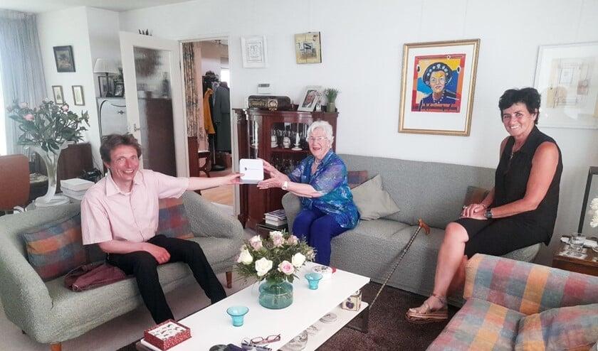 <p>Wethouder Borgonjen overhandigde het bewaarblik aan mevrouw Heijermans uit Oostvoorne in aanwezigheid van vrijwilliger Ruud Venner </p>