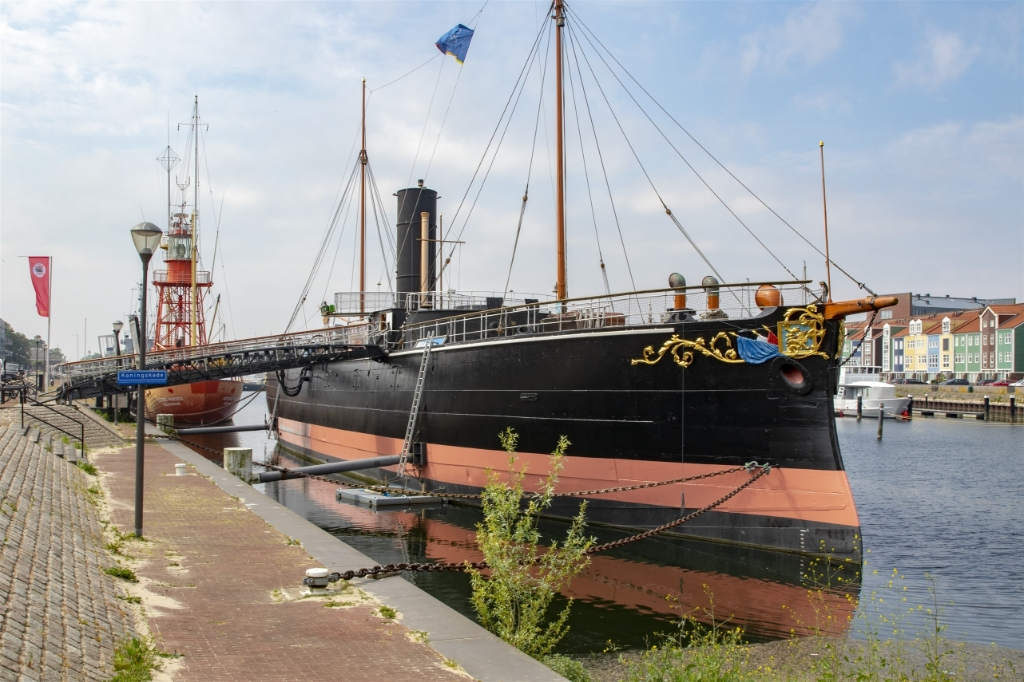 De Buffel was ooit bedoeld voor de verdediging van de Nederlandse kustwateren. Nu siert het schip de Koningskade. Foto: Wil van Balen © Voorne-putten.nl