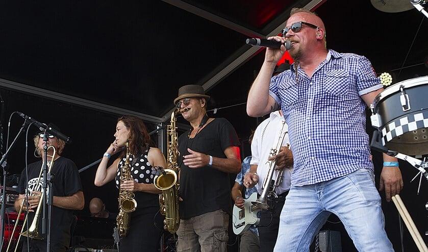 <p>De Hellevoetse band Peen in 2018 op VestingPop</p>