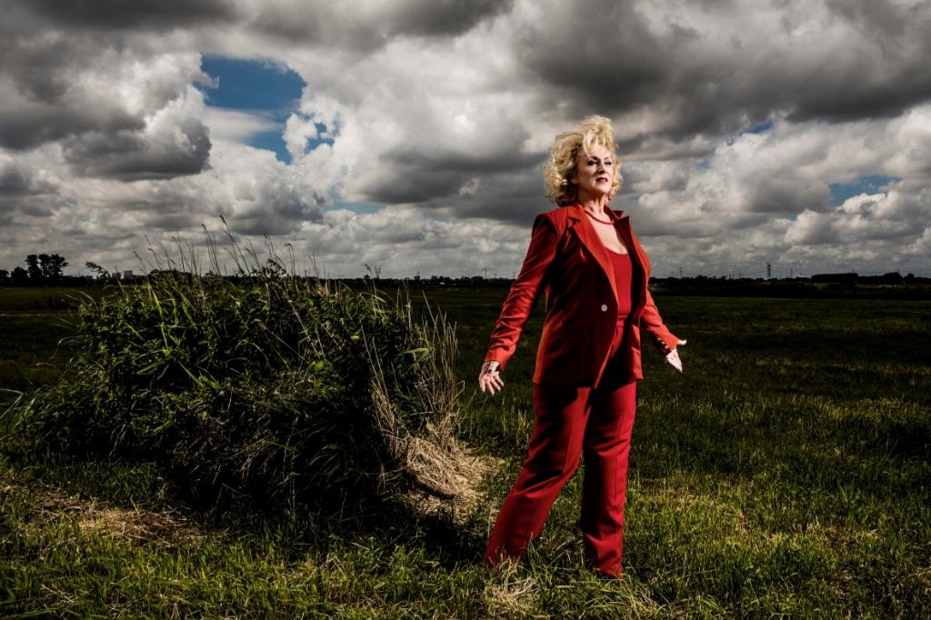 Nederland, Broek in Waterland, 1 juli 2019 Karin Bloemen, zangeres, actrice en cabaretiere Jacqueline de Haas © GGOF.nl