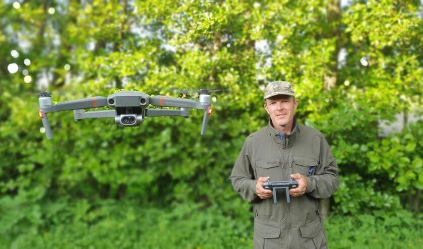 <p>Jan de Roon met zijn drone</p>