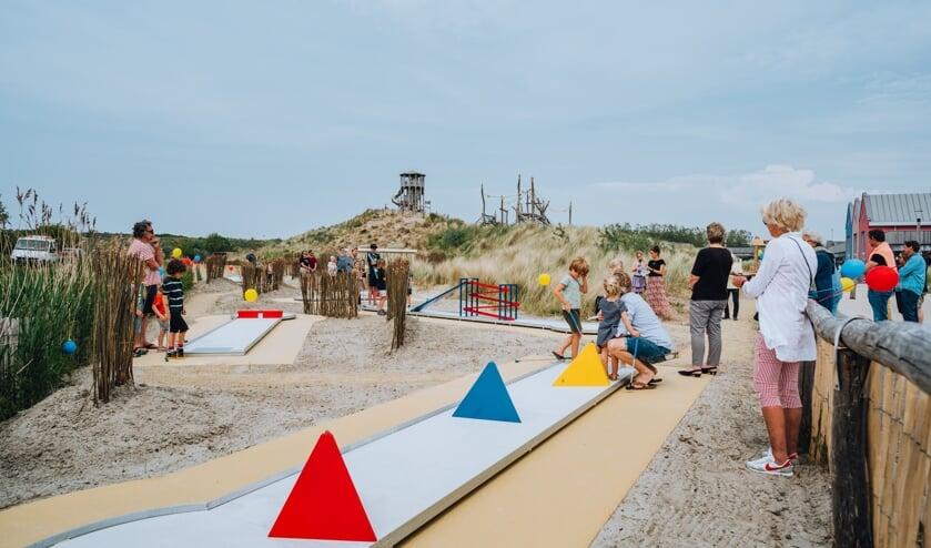<p>Jong en oud kunnen zich vermaken op de nieuwe minigolfbaan bij Ouddorp Duin. (foto Merel Tuk)</p>