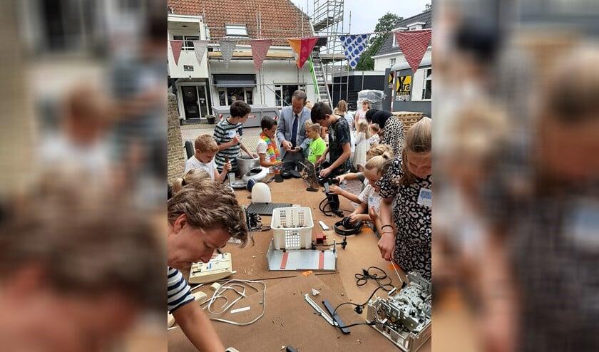 <p>Burgemeester Bram van Hemmen kwam ook even kijken op de Vakantie Bijbel Week in Klaaswaal.&nbsp;</p>