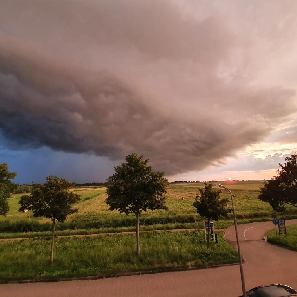 Aankomend noodweer boven het Oudeland van Strijen. Levert spectaculaire plaatjes op!Foto: W. Vergeer  © hetkompasonline.nl