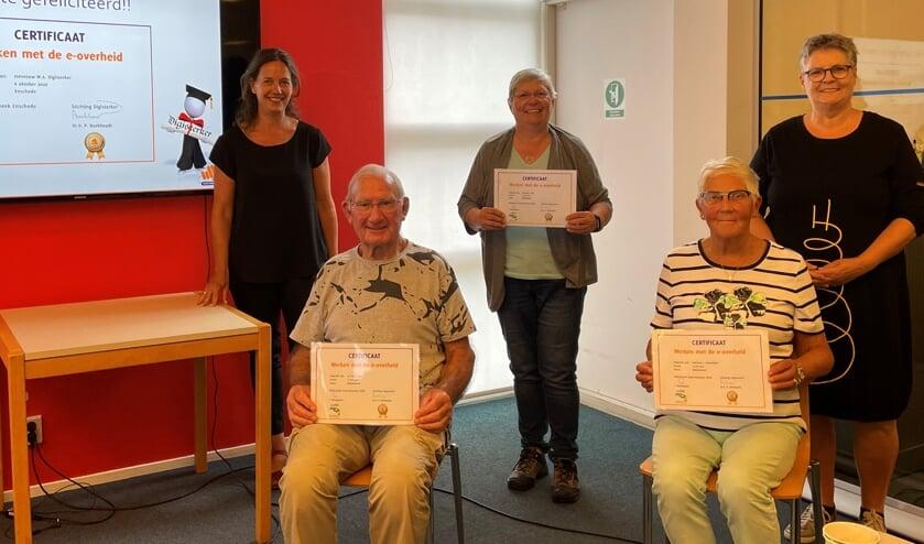 <p>Enkele cursisten en hun docenten bij de uitreiking van de certificaten van de cursus DigiSterker </p>