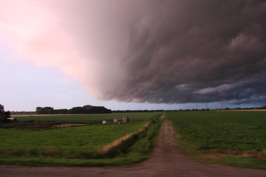 Claartje Brussaard zag zondagavond deze enorme bui aankomen boven de Zinkweg bij Oud-Beijerland.  © hetkompasonline.nl