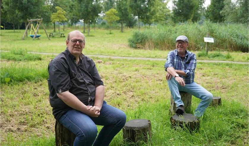 <p>De nieuwe voorzitter van het Vrijheidsbos Ben van Stijn (links) en scheidend voorzitter Rein Groen (rechts)</p>