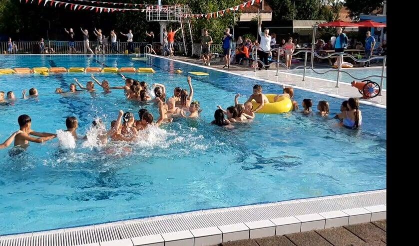 <p>Lol in het zwembad. (foto Stichting &acute;door&acute; Klaaswaal & Dominic Schepen)</p>