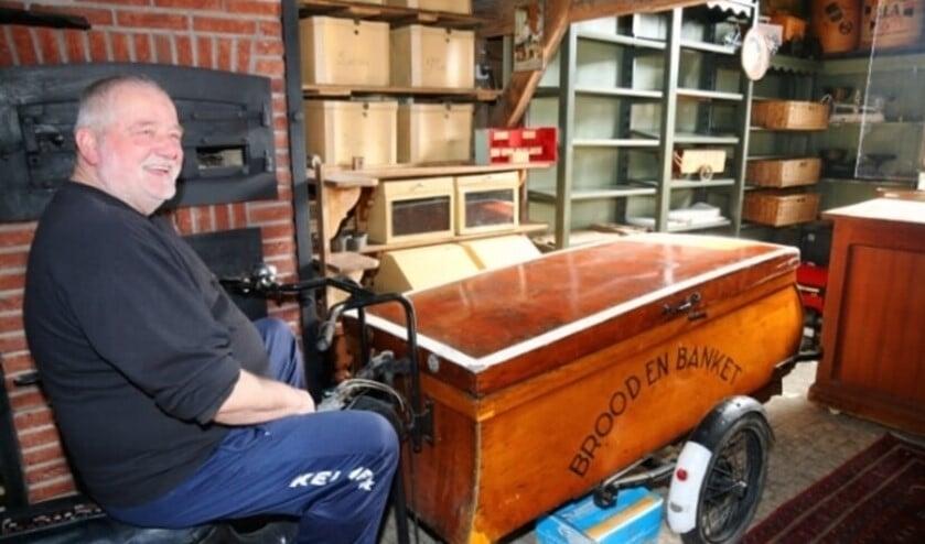 <p>De altijd goedlachse bakker Jan de Koning op een nostalgische bakfiets in zijn Bakkersschuur in Maasdam. (archieffoto: Conno Bochoven)</p>