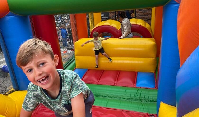 Kinderen genieten van de stormbaan