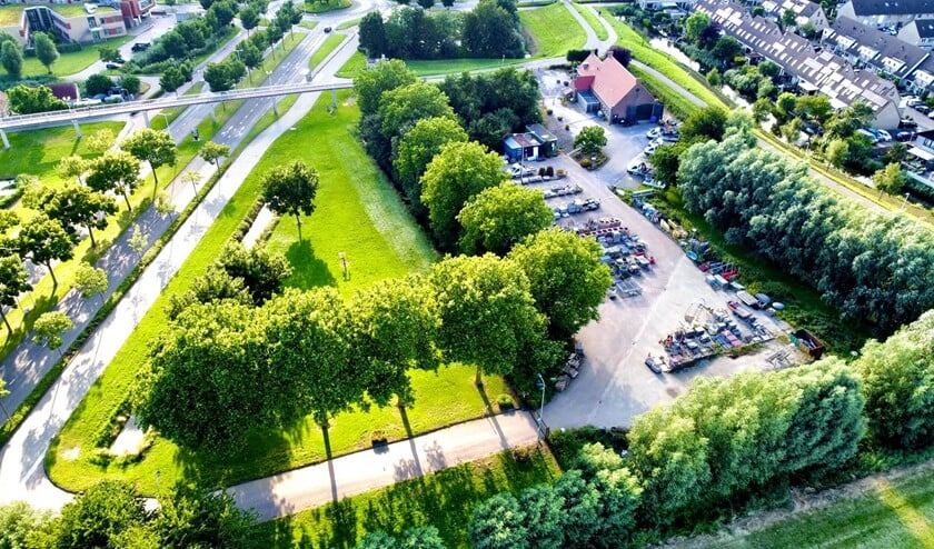 <p>Nissewaard Lokaal heeft vragen gesteld over de consequenties van het bouwplan voor de aanwezige bomen op de locatie. </p>
