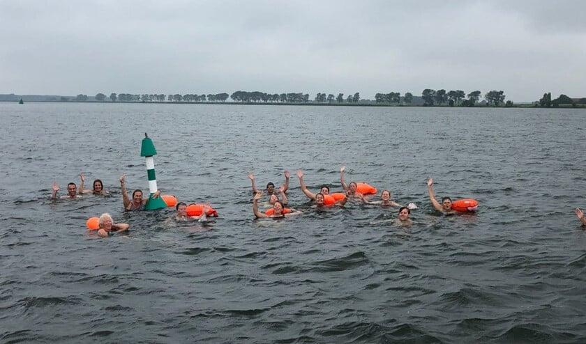 <p>De zwemmers vertrekken weer van Tiengemeten. (in de verte de Kaai). Foto: Hans van Brakel</p>