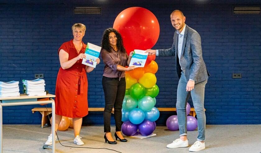 <p>Op 9 september heeft Wethouder Wouter Struijk de brochure Alle kinderen doen mee! uitgereikt (Foto: Foto-OK.nl)</p>