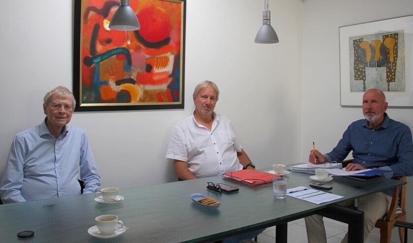 <p>Het bestuur van de Concertcommissie op gepaste onderlinge Corona-afstand in overleg. V.l.n.r.: Henk Hemmen, Wim van Herk en Arie Stolk. Foto: Koos Romeijn&nbsp;</p>