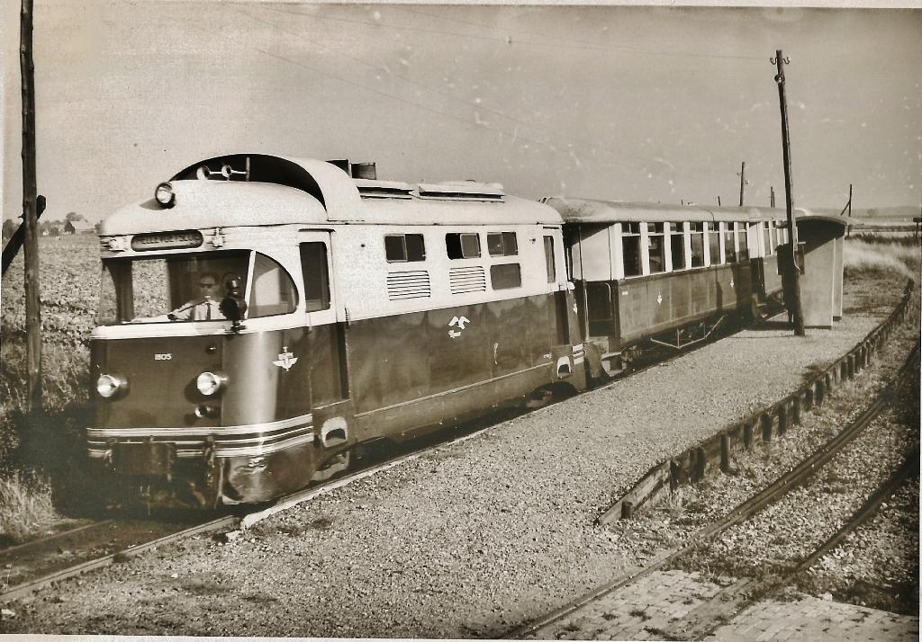 locomotief ' de Meeuw' bij het station van Vierpolders archief Nel Blok © BrielsNieuwsland.nl