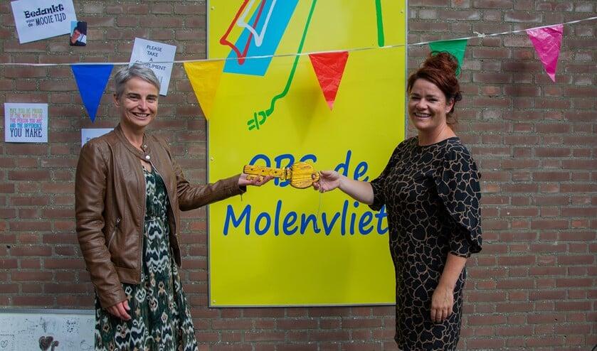 <p>Met de sleuteloverdracht is Lous Paijens officieel de nieuwe directrice van obs de Molenvliet in Stad aan &#39;t Haringvliet. &nbsp;Foto: Sam Fish</p>