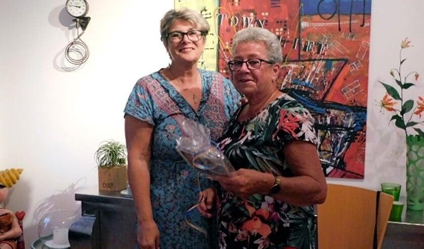 <p>Ria Rook (rechts) neemt na meer dan veertig jaar afscheid van Graag Gedaan. (foto: Arie Pieters)</p>