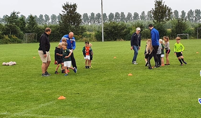 <p>Op speelse wijze wordt de guppen de regels van rugby bijgebracht.</p>