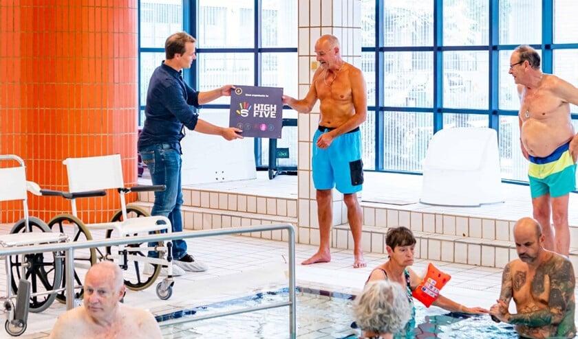 <p>De overhandiging vond plaats in het zwembad van de Zuidwester (Foto: Foto-OK.nl)</p>