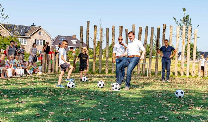 <p>Door gezamenlijk een bal in het doel te schieten, werd het speeleiland officieel geopend (Foto: Foto-OK.nl)</p>