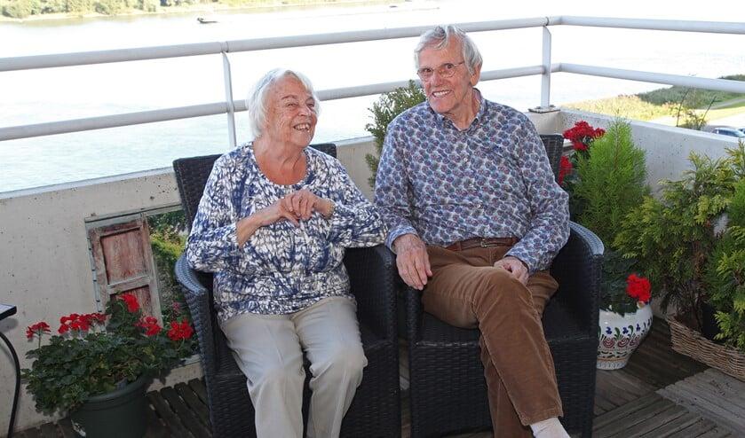 <p>Het echtpaar geniet vaak op het balkon aan de Oude Maas. (Foto: Martin M. Marcus)</p>