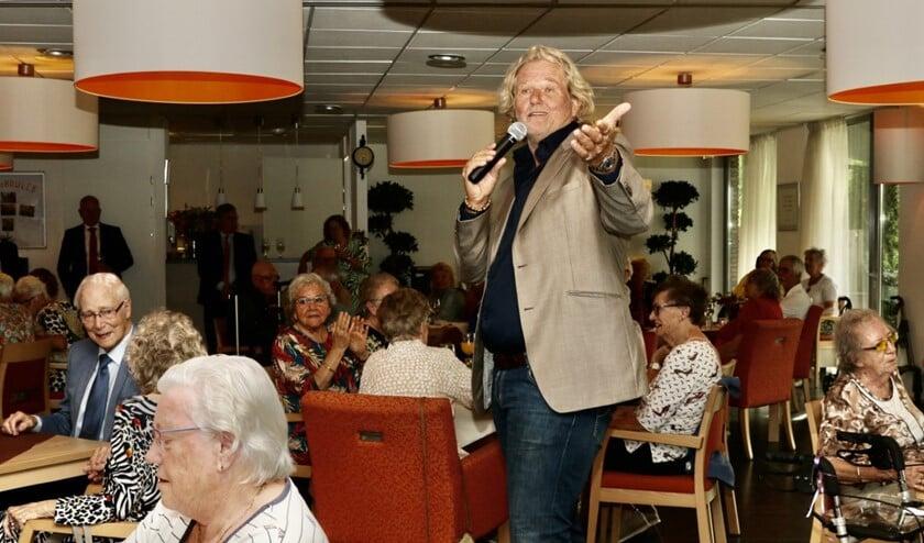 <p>De Brielse zanger Ger Vos wist de sfeer er goed in te brengen (Foto: Wil van Balen)</p>