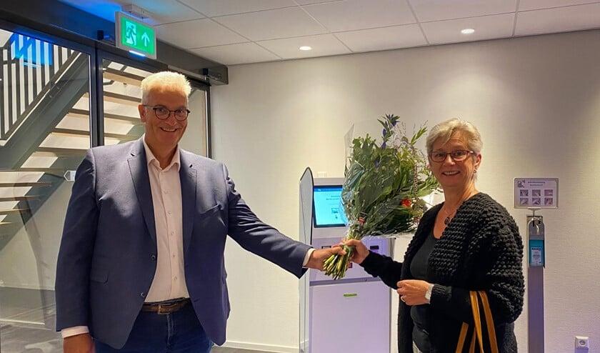 <p>Bestuurder Koos Moerland van Het Van Weel-Bethesda Ziekenhuis overhandigt bos bloemen aan eerste pati&euml;nt mevrouw Buijs </p>