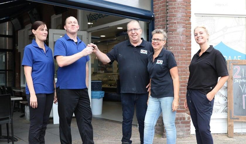 <p>Jaap Graaf overhandigt de sleutel van zijn visspeciaalzaak aan de nieuwe eigenaar Cor van der Veer. Links Cors partner Nicole van der Heiden, rechts van Jaap zijn vrouw Connie en dochter Stacey.</p>