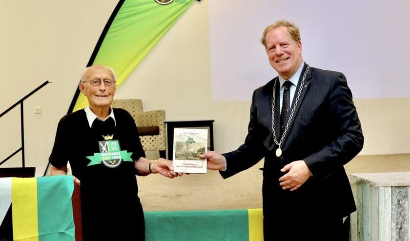 <p>Burgemeester Peter de Jong was blij met het boek (Foto: Wil van Balen)</p>