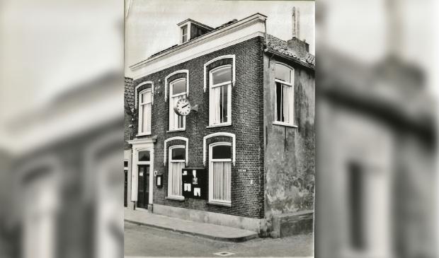 Het gemeentehuis van Zwartewaal, zoals het er in 1961 bij stond archief Nel Blok © BrielsNieuwsland.nl