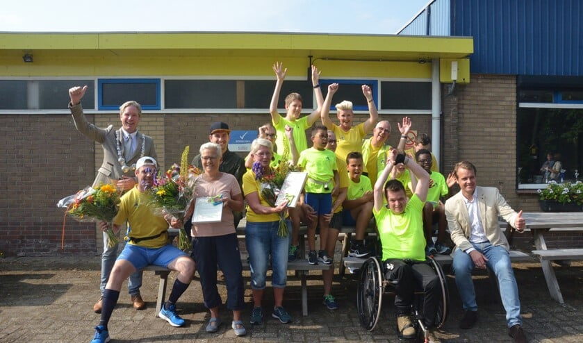 Feest bij het G-Team dat ook een cheque van € 500,00 ontving vanwege het 25-jarig bestaan.