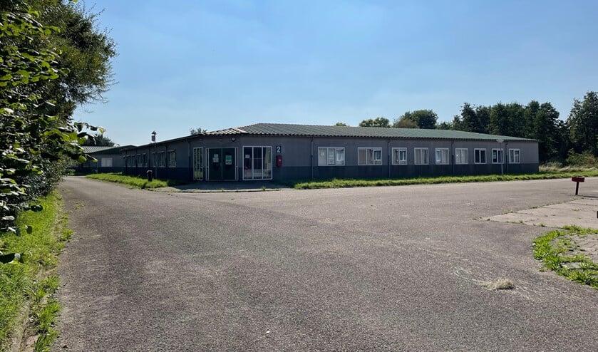 <p>De vaste gebouwen van het AZC terrein in &#39;s-Gravendeel. (foto: gemeente HW)</p>