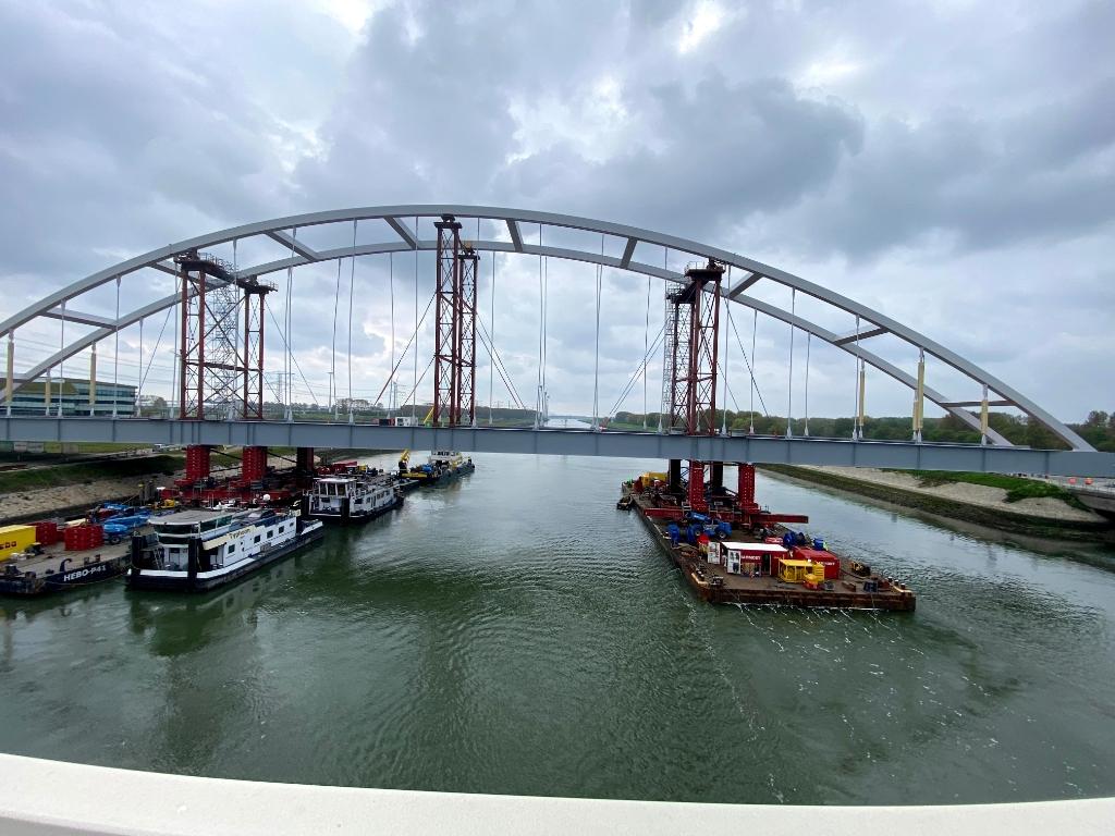 De tijdelijke brug wordt op zijn plaats gevaren. . Foto: Wil van Balen © BrielsNieuwsland.nl