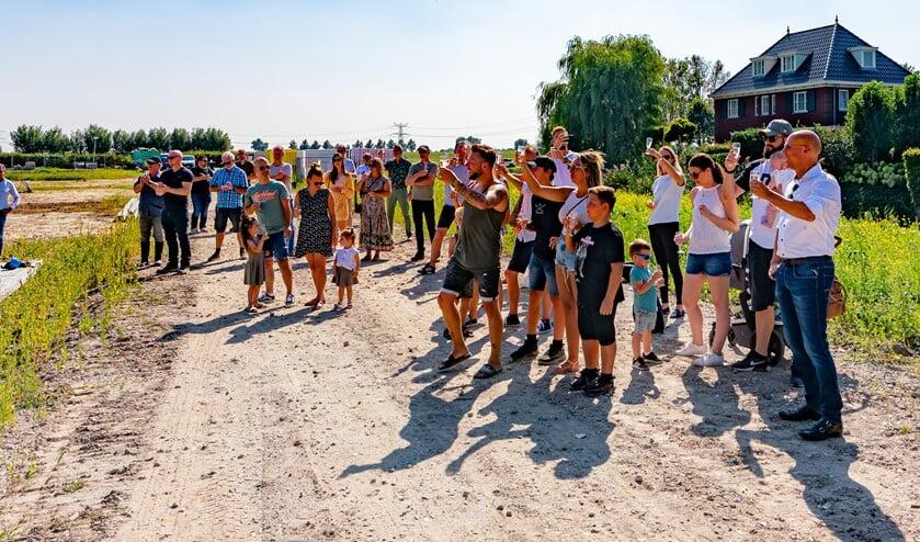 <p>De toekomstige bewoners en genodigden hieven het glas op het laatste stukje van Park Waterrijk. (foto: Foto-OK.nl)</p>