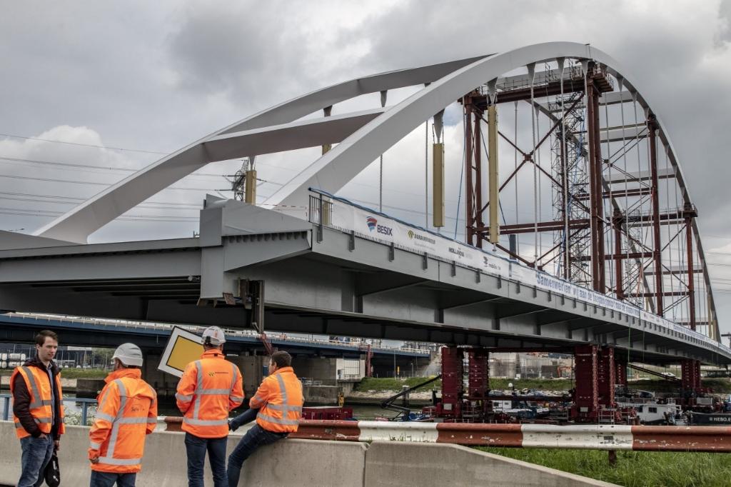 Plaatsing van de tijdelijke brug. Foto: Wil van Balen © BrielsNieuwsland.nl
