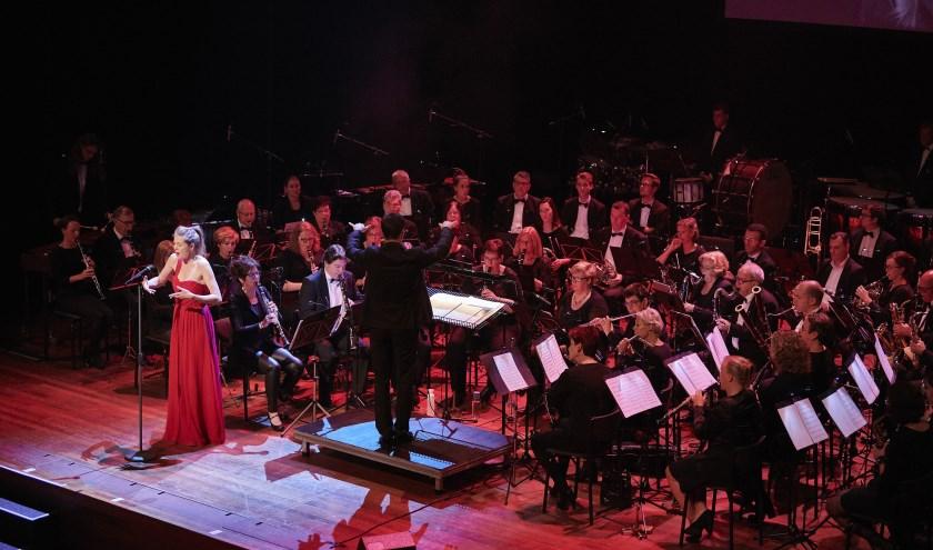 Sopraan Hanne Roos met Harmonieorkest Oranje in het werk Quando m'en vo'. FOTO TIMO REISIGER