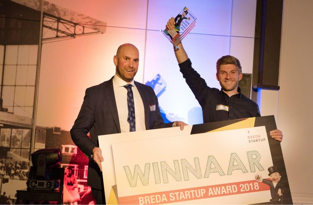 Wethouder Boaz Adank reikt Tymen van Dyl de Breda Startup Award uit. Foto: Breda Startup Award © BredaVandaag