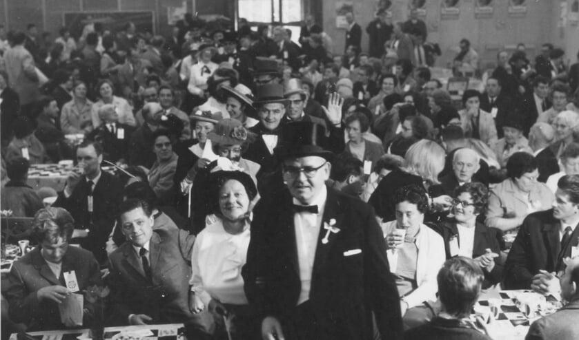 De Boerenraad met voorop Grootste boer Leo tijdens de reünie op 18 mei 1968. FOTO WESTBRABANTS ARCHIEF