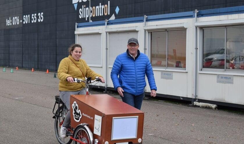 Ton van der Veeken geeft Smaakmaker Stephanie fietsles. FOTO STELLA MARIJNISSEN