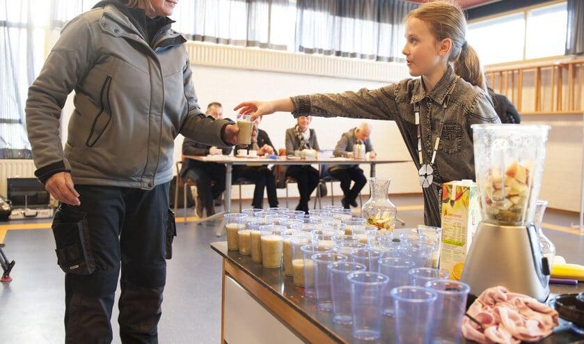 Kinderburgemeester Lara vindt gezond eten belangrijk en deelde zelfgemaakte smoothies tijdens de verkiezingen in maart.