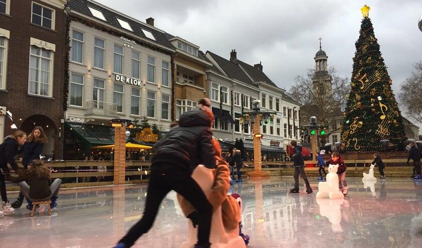 Schaatsen op de ijsbaan op de Grote Markt.