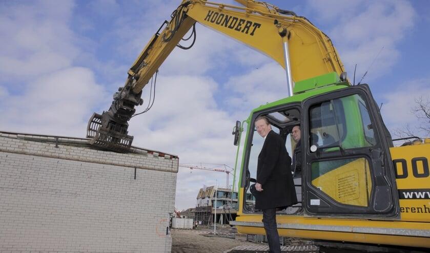 Wethouder Hans de Waal en burgemeester Steven Adriaansen starten de sloop FOTO HUMPHREY HEKHUIZEN