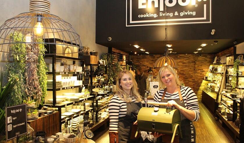 """""""Het streven van Enjooi? Onze klanten blijmaken"""", aldus Annette Schilder (rechts), hier samen op de foto met winkeltopper Licia. FOTO ELS ROMMERS"""