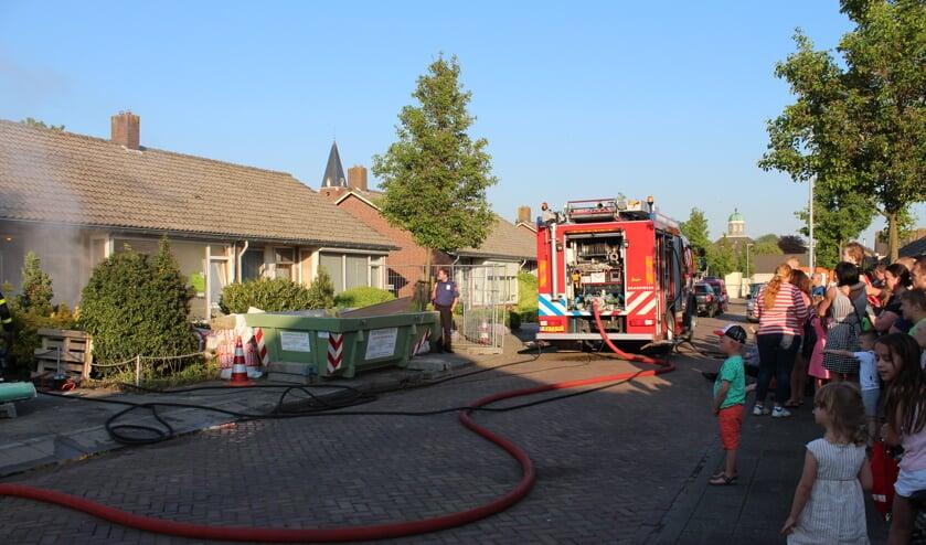 Grote belangstelling voor brandweeroefening in Dinteloord aan de Prins Bernardstraat