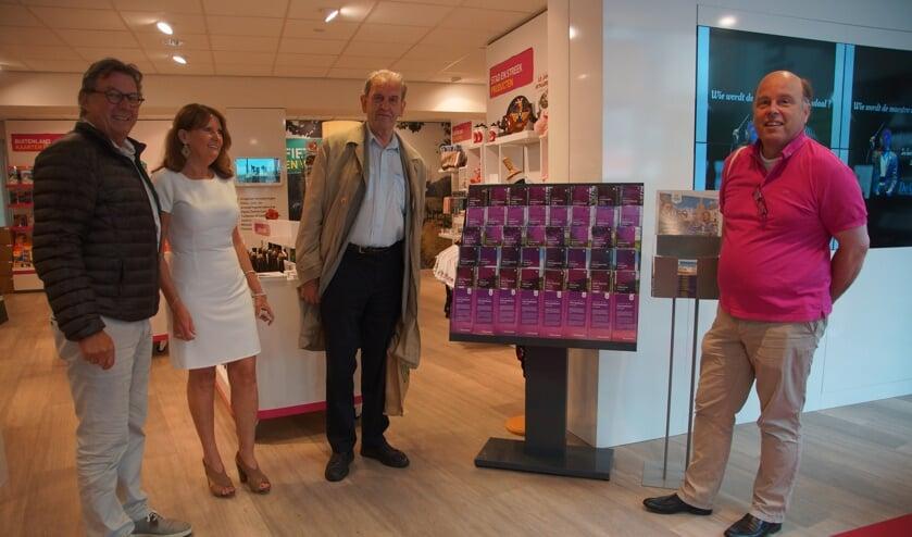 Cor Verbogt, Inge van Aalst en Joss Hopstaken verwelkomen Wilbert van Woerden als eerste klant die de set met nieuwe fietsroutes in ontvangst mocht nemen.